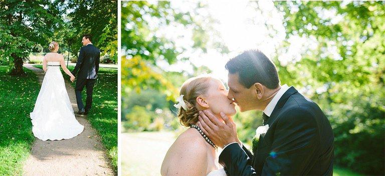 Brautpaar küsst sich im Botanischen Garten