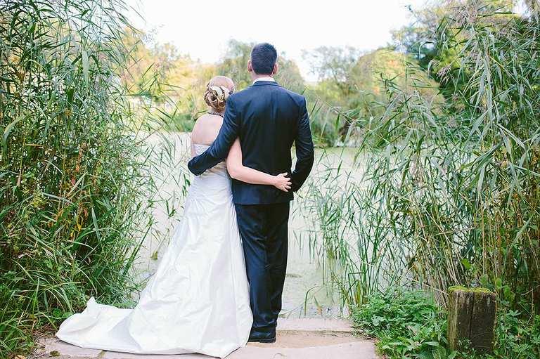 Brautpaar umarmt sich im Botanischen Garten