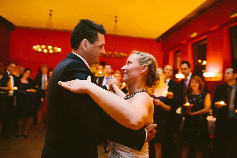 Brautpaar tanzt im Schlossgarten Restaurant während der Feier