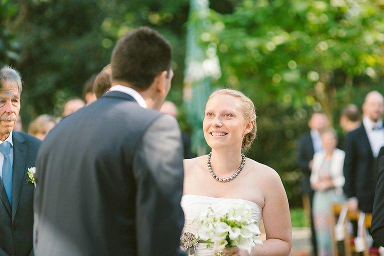 Braut strahlt Ihren zukünftigen Mann an