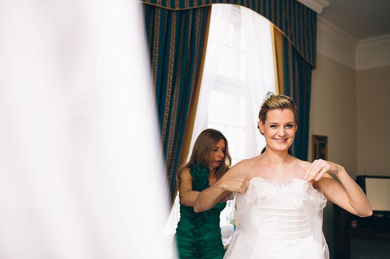 Braut lacht in die Kamera Hochzeit Velen Hochzeitsfotograf Velen Sportschloss Velen NRW Hochzeitsreportage Velen Sportschloss Velen NRW - Hochzeit Velen Hochzeitsfotograf Velen NRW Hochzeitsreportage Velen Sportschloss Velen NRW