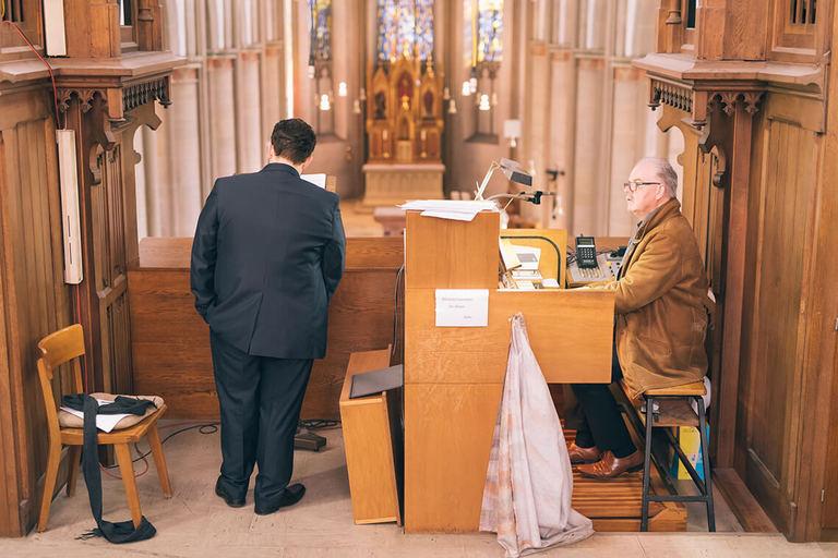 Opernsänger und Organist während der Trauung auf der Empore