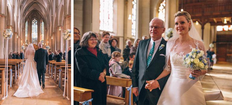 Brautvater führt seine Tochter zum Traualtar