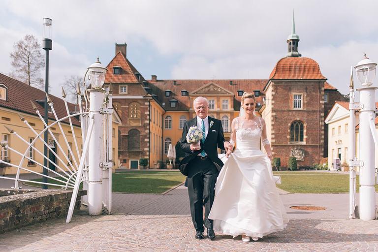 Brautvater bringt seine Tochter zur Kirche