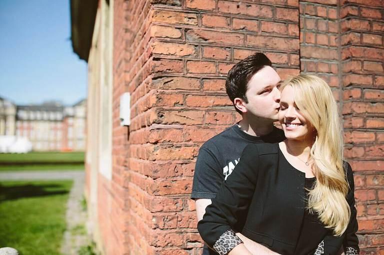Verliebtes Paar beim Paarshooting vor dem Schloss in Münster