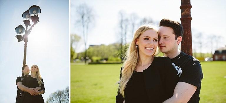 Paar in Münster lehnt sich an eine Laterne und schaut sich verliebt an