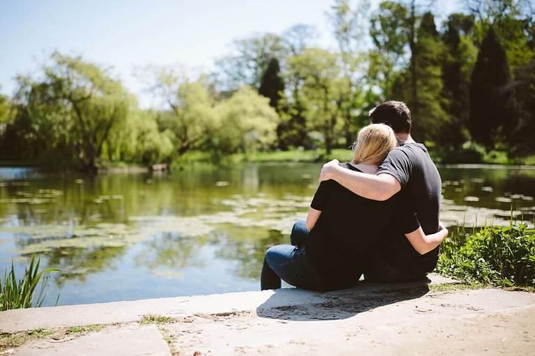 Paar sitzt am See im Botanischen Garten in Münster