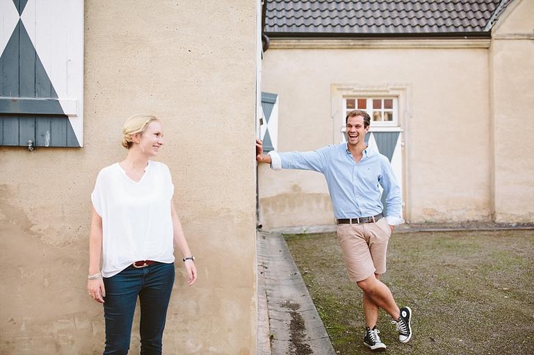 Verliebtes Paar beim Paarshooting lacht sich an - Hochzeitsfotograf Münster NRW