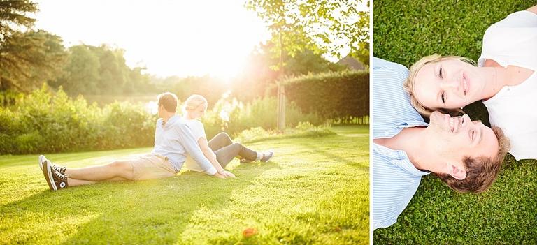 Verliebtes Paar auf einer Wiese im Gegenlicht in Münster - Hochzeitsfotograf Münster NRW