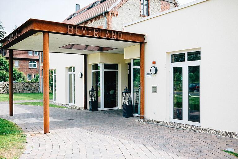 Eingang Beverland Resort