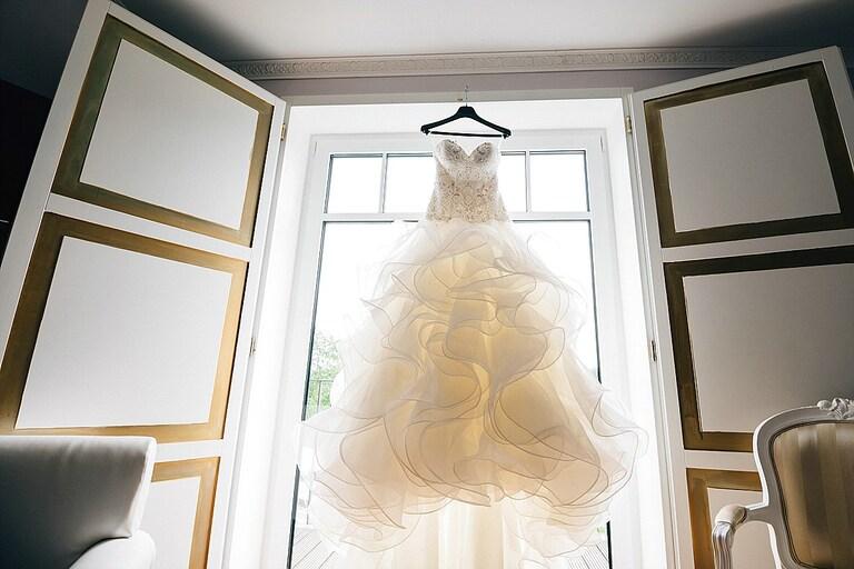 Brautkleid im Fenster - Hochzeitsfotograf Beverland - Hochzeitsreportage Beverland - Hochzeitsreportage Beverland