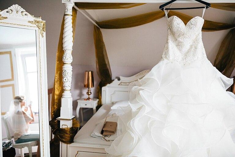 Brautkleid am Bett - Hochzeitsfotograf Beverland - Hochzeitsreportage Beverland - Hochzeitsreportage Beverland