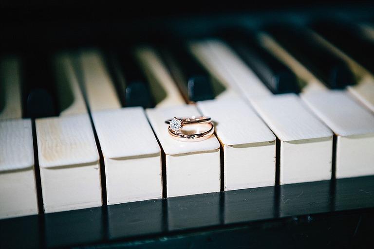 Ring mit Diamant auf einem Klavier - Hochzeitsfotograf Beverland - Hochzeitsreportage Beverland - Hochzeitsreportage Beverland
