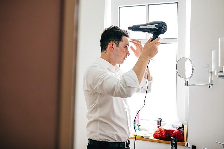 Bräutigam föhnt die Haare