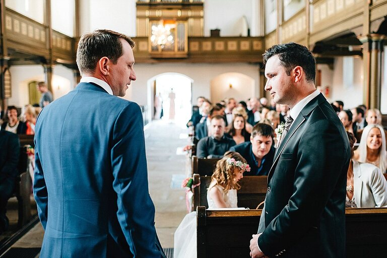 Bräutigam wartet auf Braut vor dem Altar
