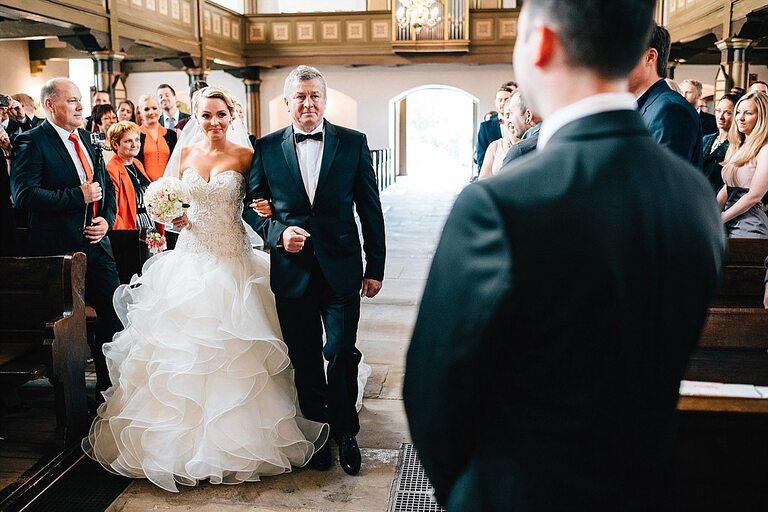 Einzug der Braut in die Kirche mit dem Vater