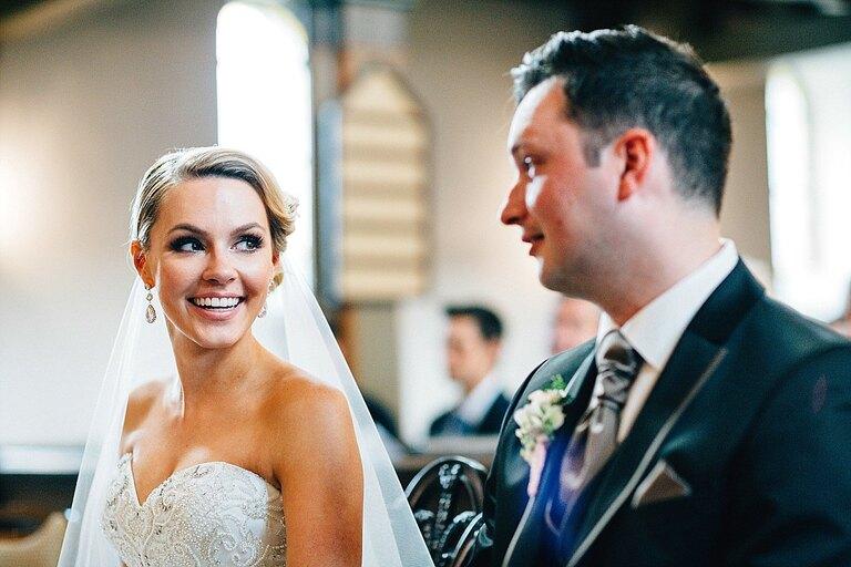 Braut und Bräutigam ziehen aus der Kirche aus