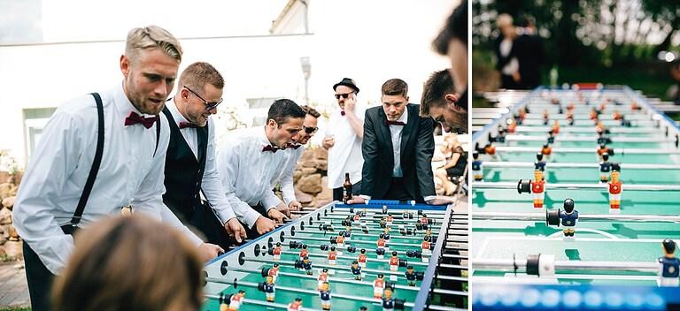 Hochzeitsgäste am Fussballkicker