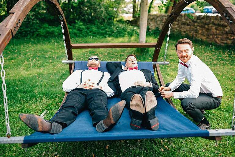 Hochzeitsgäste relaxen im Garten
