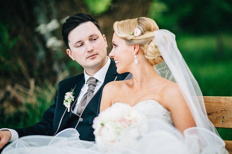 Braut schaut zu seiner Braut