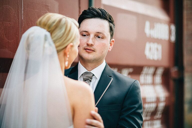 Bräutigam schaut seine Braut an