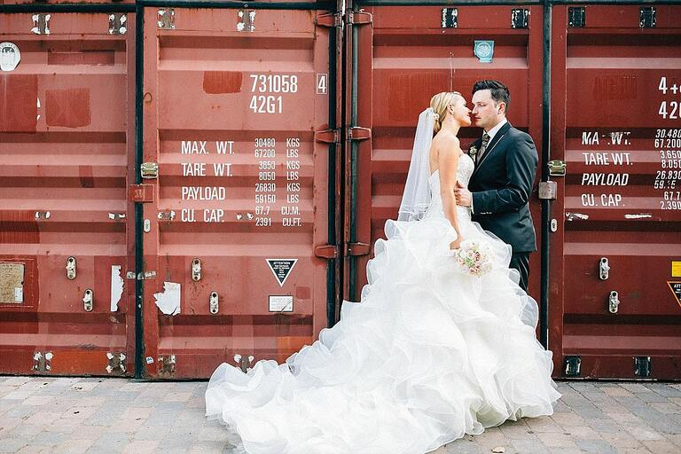 Brautpaar vor einem Überseekontainer