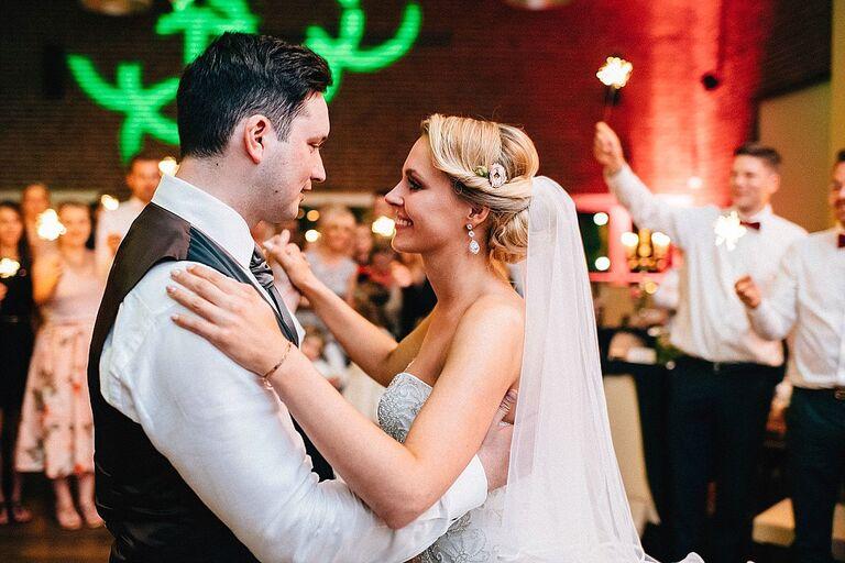 Brautpaar beim Eröffnungstanz - Hochzeitsfotograf Beverland - Hochzeitsreportage Beverland - Hochzeitsreportage Beverland