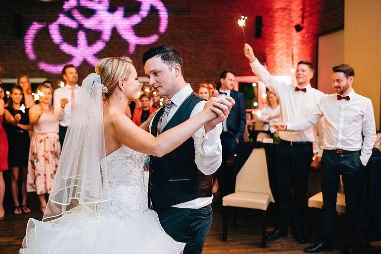 Brautpaar eröffnet Tanz