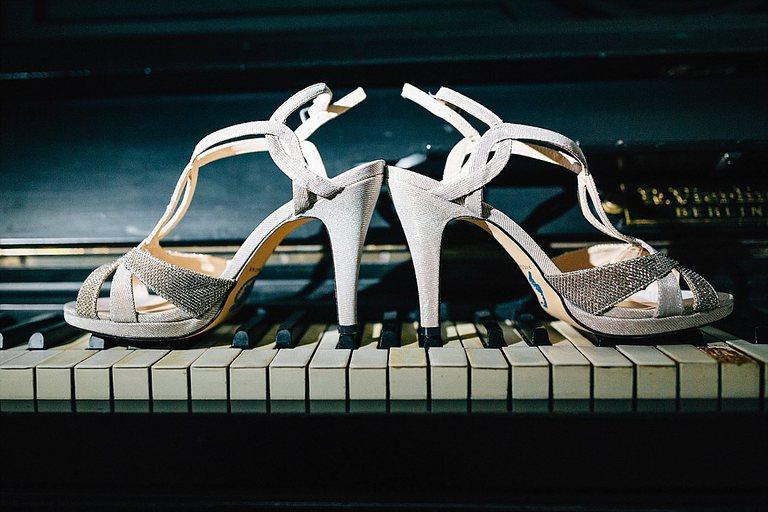 Brautschuhe auf dem Klavier