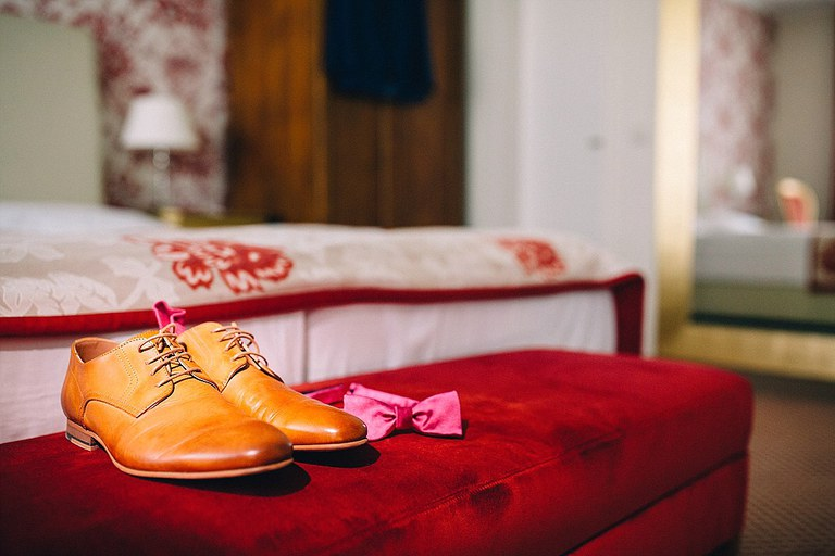 Schuhe und Schleife vom Bräutigam