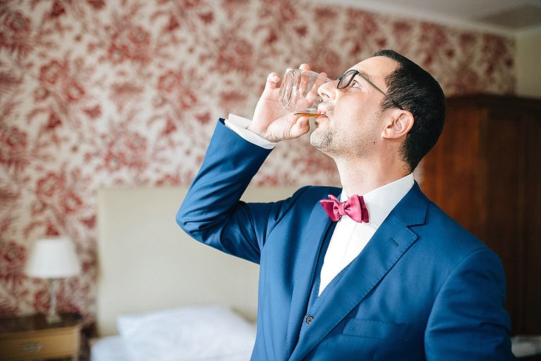 Bräutigam trinkt einen Whiskey