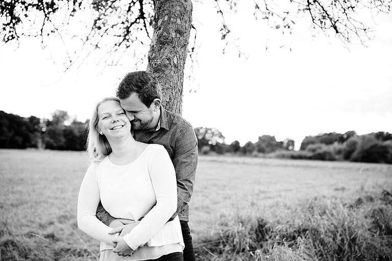 Verliebtes Paar an einem Baum