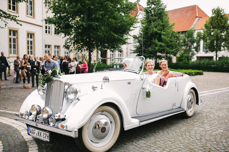 Ankunft der Braut im Hochzeitsauto vor der Kirche in Warendorf ©Markus Koslowski Hochzeitsfotograf Warendorf