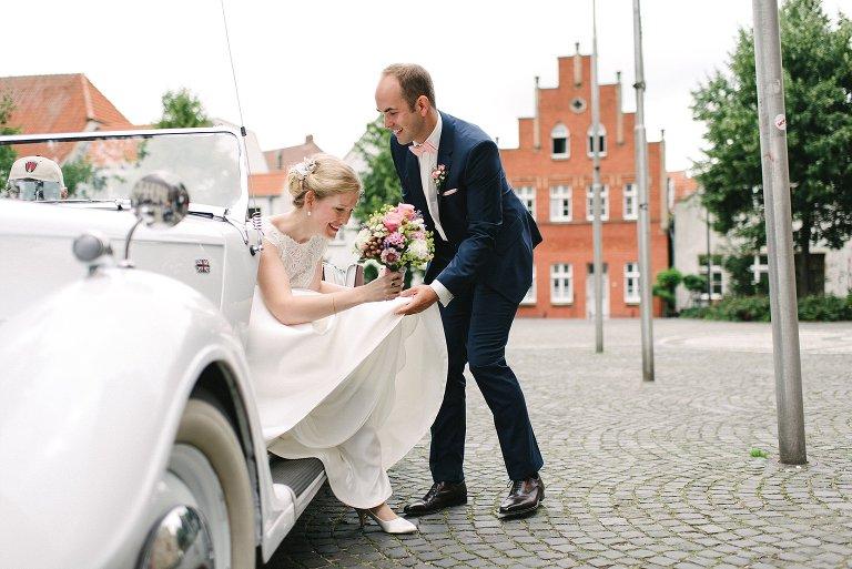 Bräutigam hilft seiner Braut aus dem Wagen ©Markus Koslowski Hochzeitsfotograf Warendorf