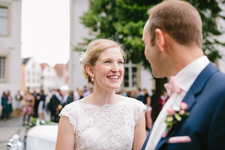 Braut strahlt Ihren Bräutigam an ©Markus Koslowski Hochzeitsfotograf Warendorf