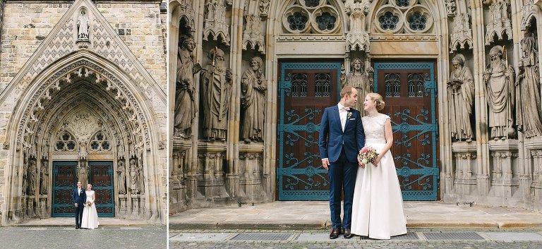 Braut und Bräutigam vor der Kirche in Warendorf ©Markus Koslowski Hochzeitsfotograf Warendorf