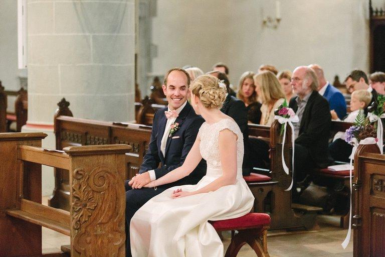 Bräutigam schaut verliebt zu seiner Braut ©Markus Koslowski Hochzeitsfotograf Warendorf