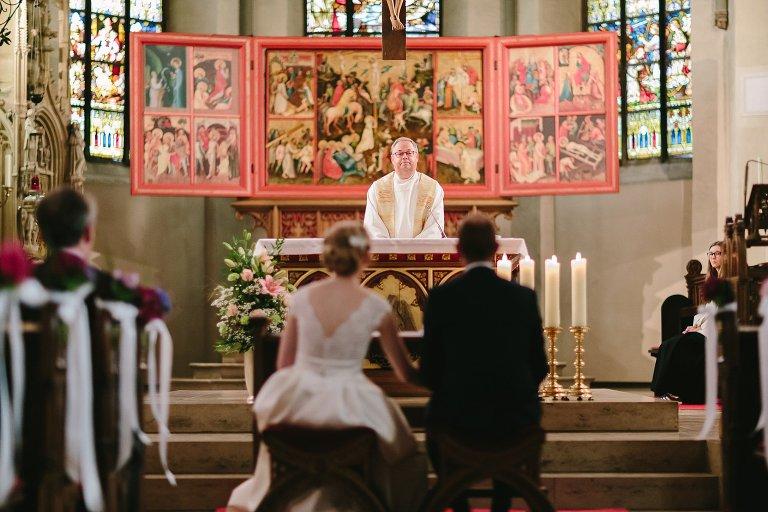 Aufnahme von Pastor in einer Kirche in Warendorf ©Markus Koslowski Hochzeitsfotograf Warendorf
