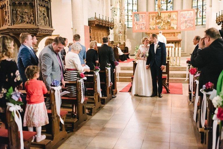 Braut und Bräutigam ziehen aus der Kirche aus ©Markus Koslowski Hochzeitsfotograf Warendorf