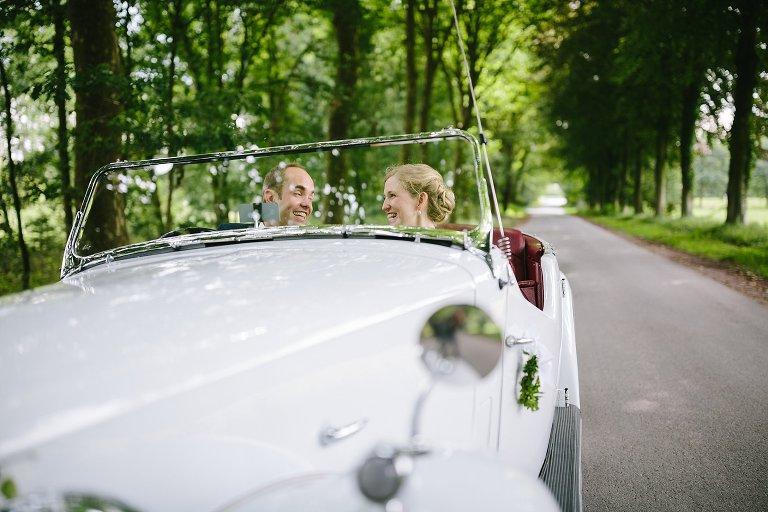 Braut und Bräutigam im Brautauto ©Markus Koslowski Hochzeitsfotograf Warendorf