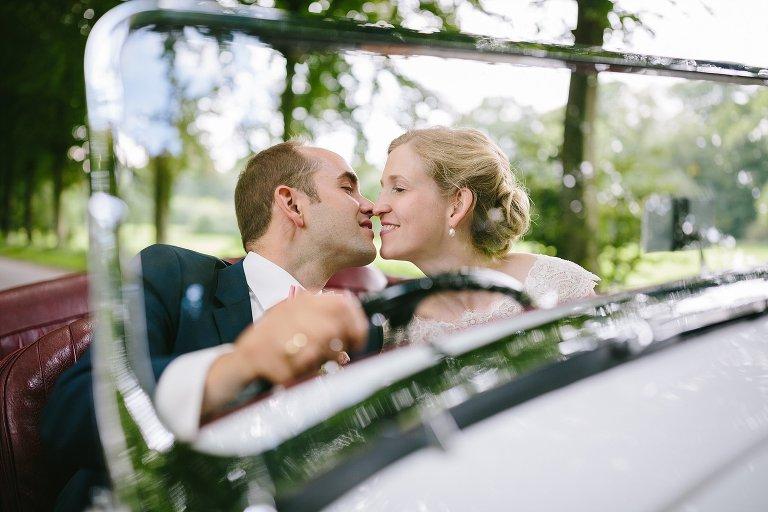 Braut und Bräutigam küssen sich im Brautauto ©Markus Koslowski Hochzeitsfotograf Warendorf