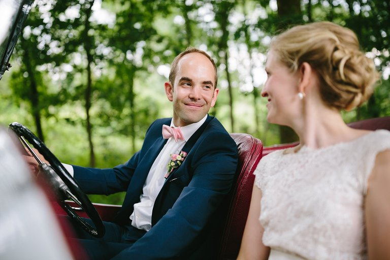 Bräutigam schaut Braut im Brautauto verliebt an ©Markus Koslowski Hochzeitsfotograf Warendorf