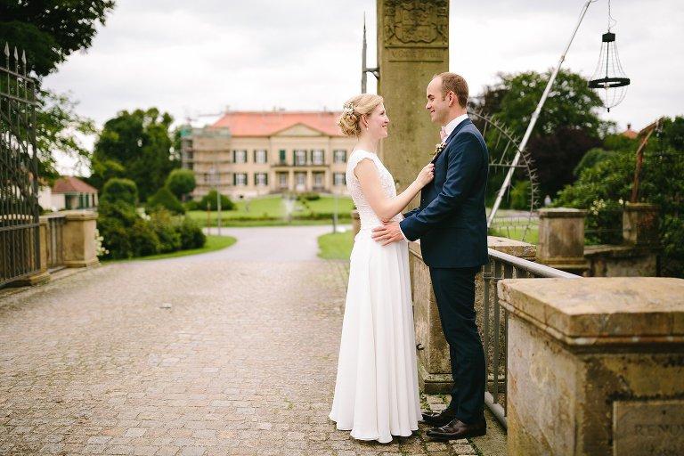 Braut und Bräutigam in der Einfahrt vom Schloss Harkotten ©Markus Koslowski Hochzeitsfotograf Warendorf