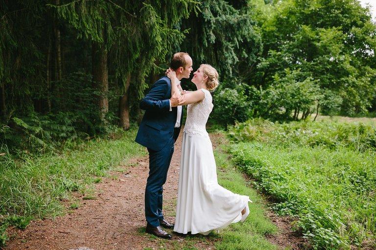 Braut und Bräutigam küssen sich im Wald ©Markus Koslowski Hochzeitsfotograf Warendorf