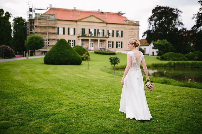 Braut vor dem Schloss Harkotten ©Markus Koslowski Hochzeitsfotograf Warendorf