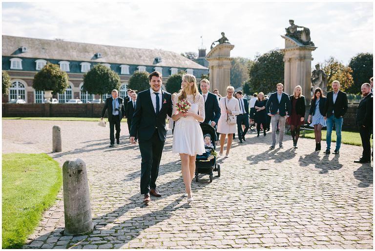 Braut und Bräutigam brechen auf zur Trauung ©Markus Koslowski Hochzeitsfotograf Schloss Nordkirchen
