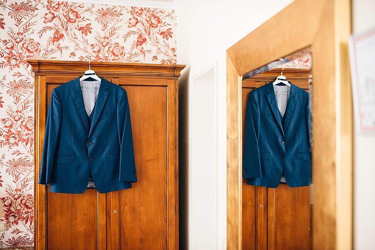 Anzug vom Bräutigam im Sportschloss Velen