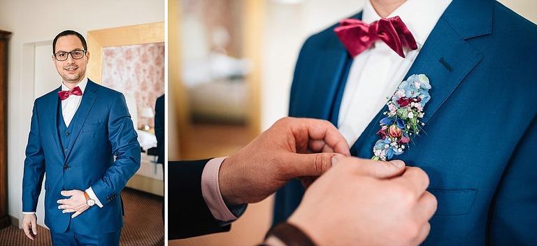 Bräutigam bekommt Blumenschmuck angesteckt
