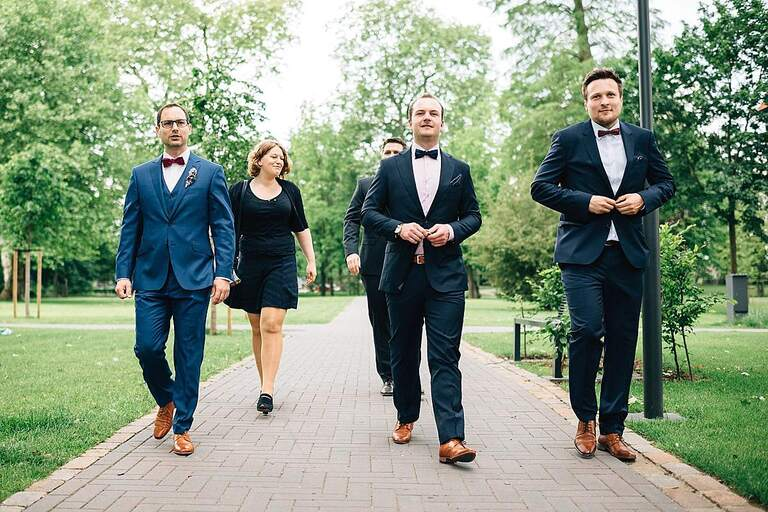 Bräutigam auf dem Weg zur Trauung