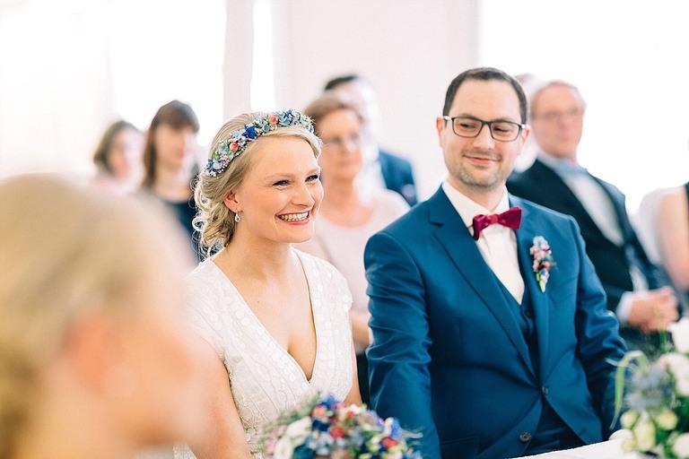 Braut lacht herzlich während der standesamtlichen Trauung
